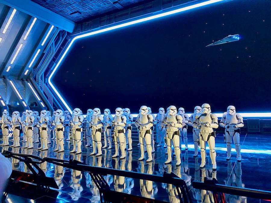 Interior de la atracción Star Wars Rise of the Resistance en Galaxys Edge de Disneyland California