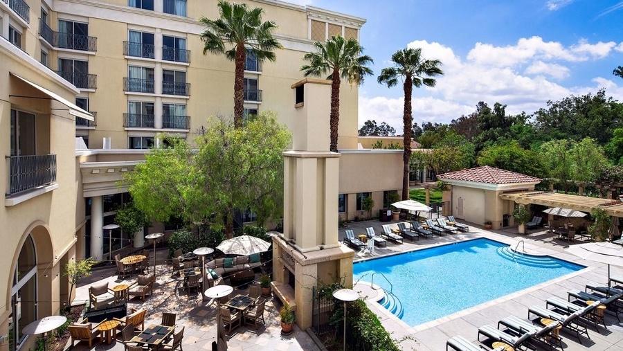 Jardín y piscina del hotel Hyatt Regency Valencia Magic Mountain cerca de Six Flags