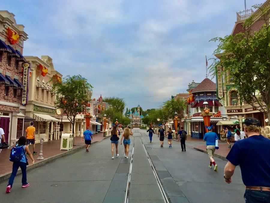 Main Street de Disneyland Anaheim casi vacía en la Magic Morning