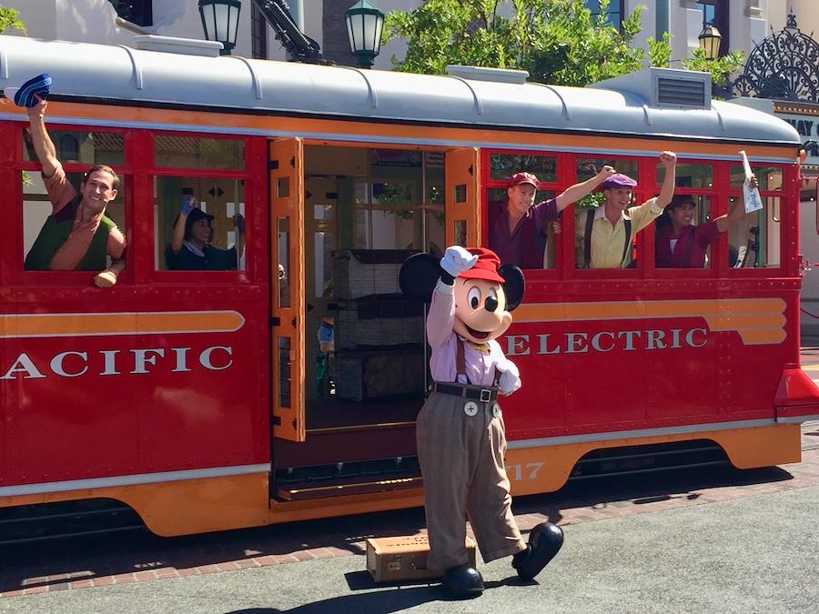Mickey en espectáculo de calle en Disney California Adventure