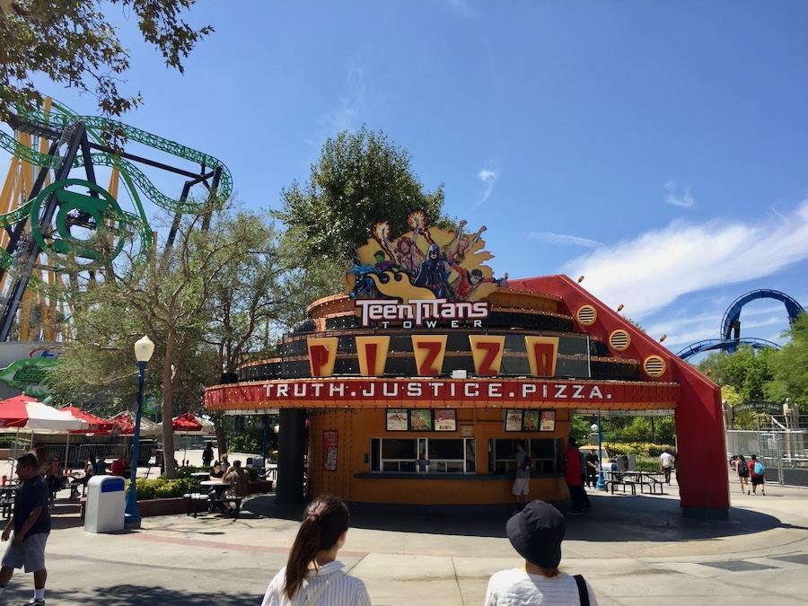 Restaurante Teen Titans Tower Pizza en Six Flags Magic Mountain