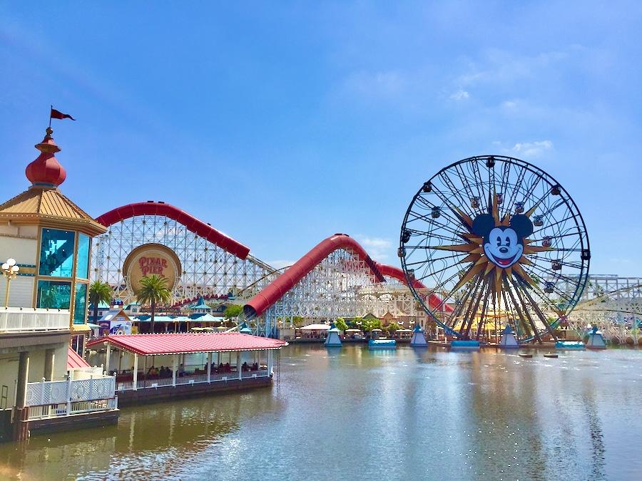 Vista de la Incredicoaster y la noria de Mickey en Disney California Adventure en Disneyland Resort de Anaheim