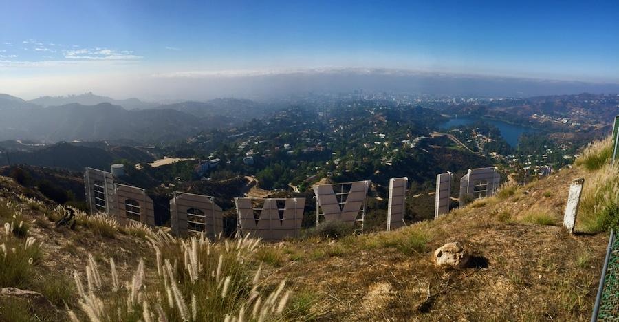 Vista del cartel de Hollywood en Los Angeles desde detrás