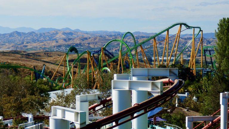 Vista panorámica de algunas atracciones de Six Flags Magic Mountain con varias montañas rusas