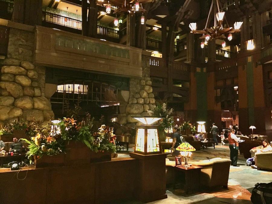Zona de recepción y bar del hotel Grand Californian de Disneyland Resort en California