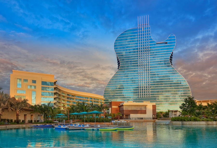 Hotel Hard Rock Hollywood Florida con forma de guitarra como el del Entertainment World de Tarragona