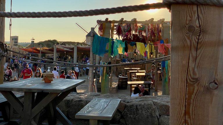 Vista de los restaurantes de el Arrabal al atardecer en Puy du Fou España