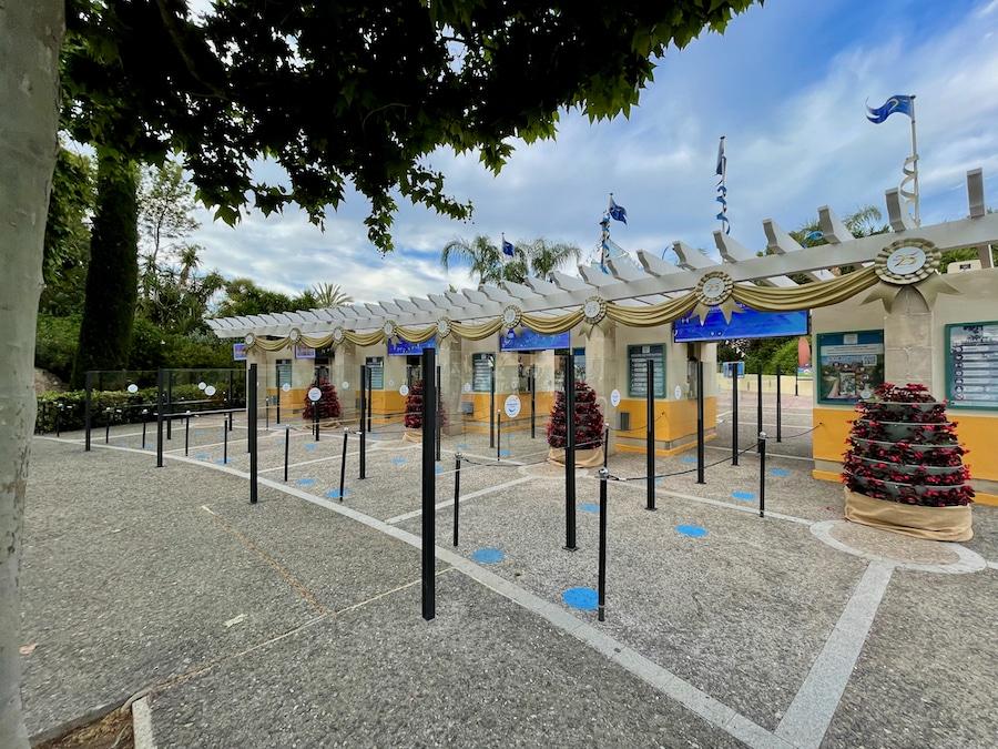 Mamparas entre las colas de taquillas en PortAventura 2021
