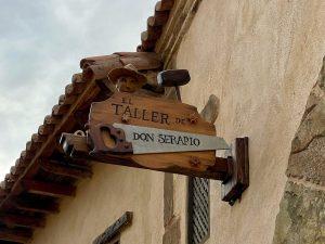 Cartel de El Taller de Don Serapio en La Puebla Real de Puy du Fou España