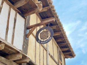 Cartel de la tienda El Maravedi en la Puebla Real de Puy du Fou España