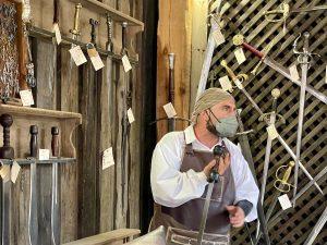 El Espadero de Vivar con sus espadas a la venta en Puy du Fou España