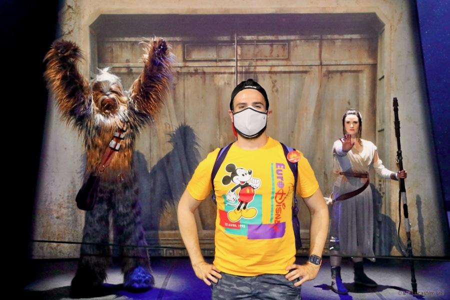 Foto a distancia con Chewbacca y Rey en Disneyland Paris 2021