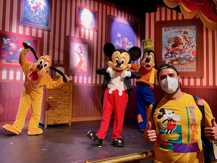 Foto a distancia con Mickey Pluto y Goofy en Disneyland Paris 2021