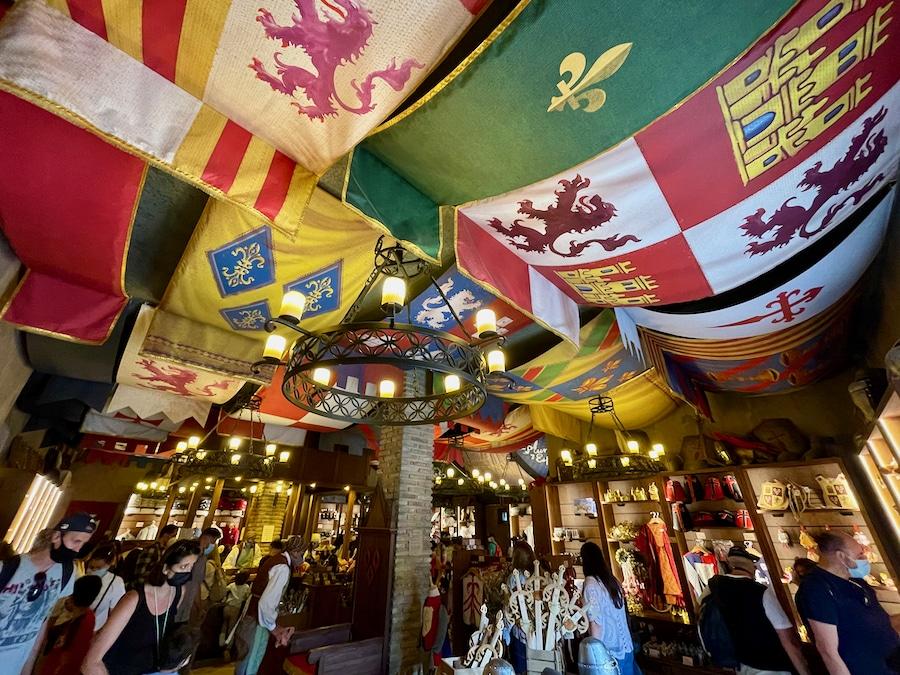 Interior de la tienda Yelmos y Alhajas de Puy du Fou España