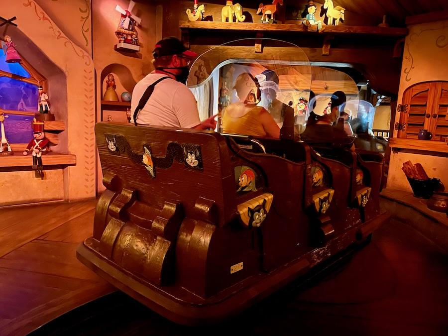 Pantalla de metacrilato en el vehículo de una atracción de Disneyland Paris