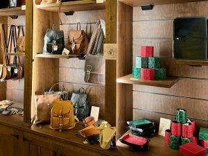 Productos de cuero de la tienda El Maravedi de Puy du Fou España