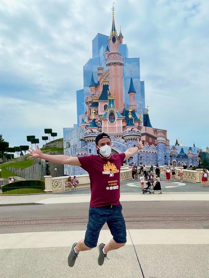 Saltando delante del castillo de Disneyland Paris durante la reapertura de 2021