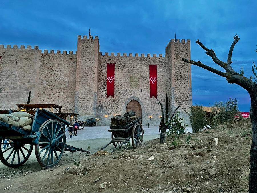 El Castillo de Vivar de la Puebla Real en Puy du Fou España de noche