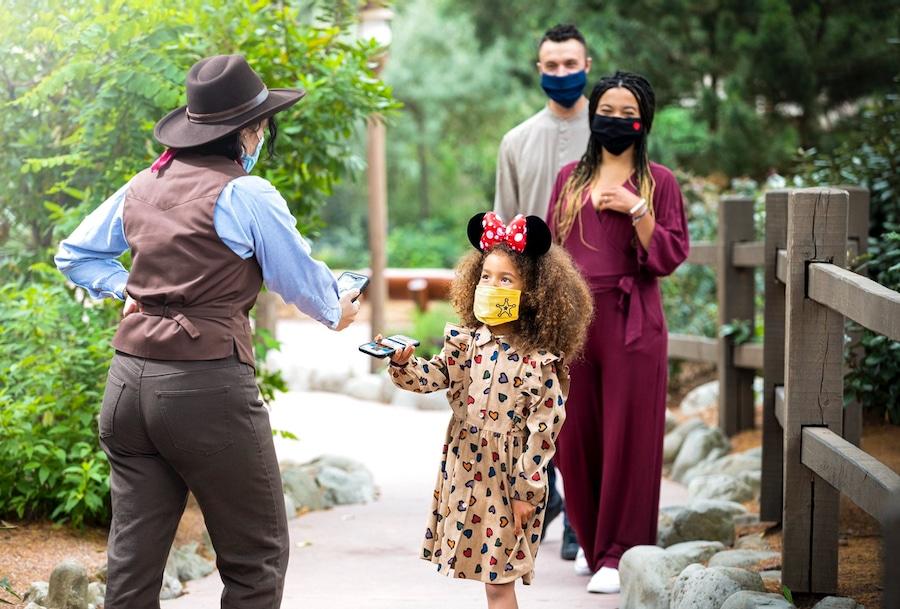 Familia accediendo a Big Thunder Mountain a través del Disney Premier Access