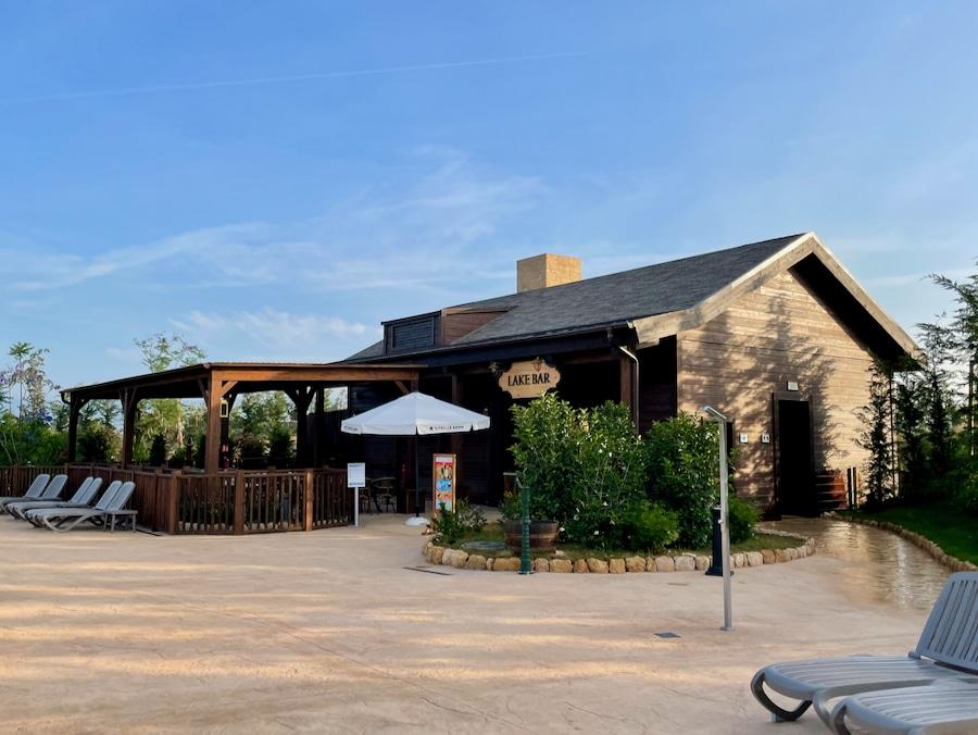 Restaurante Lake Bar junto a las piscinas del Hotel Colorado Creek de PortAventura